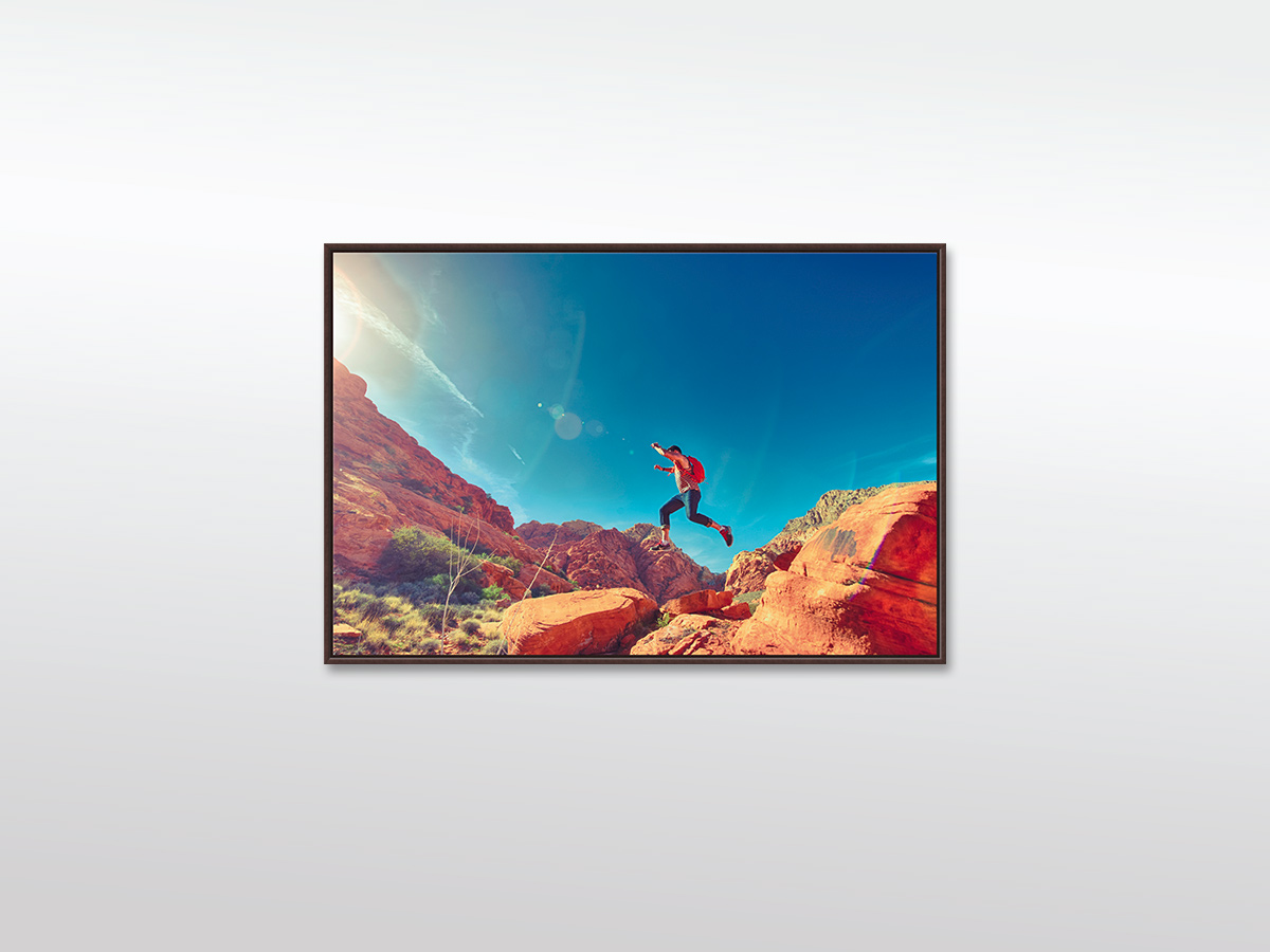 XXL Leinwandbild Mann auf Bergklippe in verschiedenen Größen mit Schattenfugen-Holzrahmen, braun